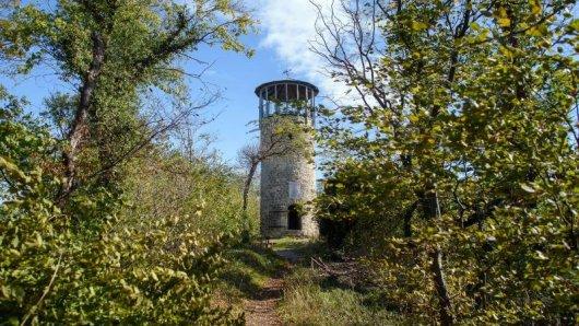 Der Turm war um 1200 als Signalturm für das Regensteiner Wehrsystem gebaut worden. Die Restaurierung des Turms begann im Jahr 2006.