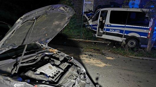In Recklinghausen (NRW) kollidierte ein Polizeiwagen mit einem VW Golf.