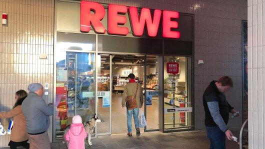 Rewe in NRW: Die Männer betraten den Supermarkt, dann wurde es brutal. (Symbolbild)
