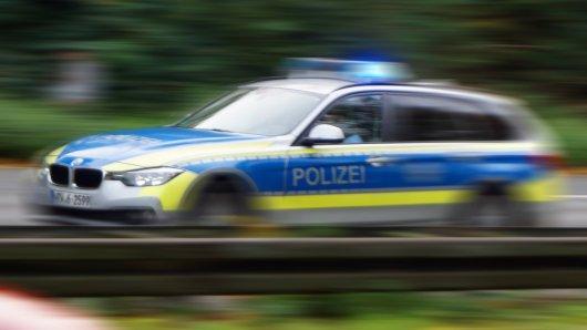 NRW: Die Polizei eilte mit Streifenwagen zum Tatort vor einer Flüchtlingsunterkunft in Bielefeld. (Symbolbild)