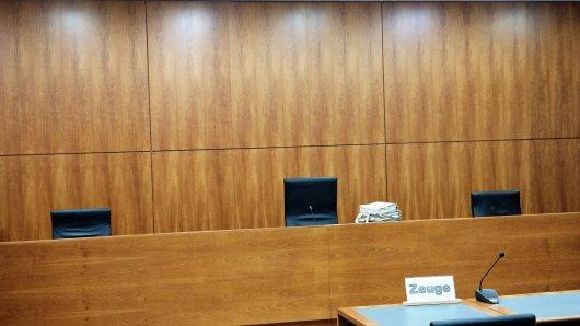 NRW: Ein Angeklagter wird beschuldigt, seine halbseitig gelähmte Nachbarin vergewaltigt zu haben. (Symbolbild)