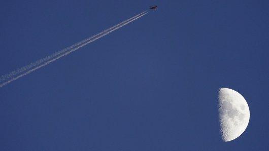 Eine Frau aus Oberhausen macht eine erstaunliche Entdeckung am Himmel und postet sie sofort auf Facebook. (Symbolbild)