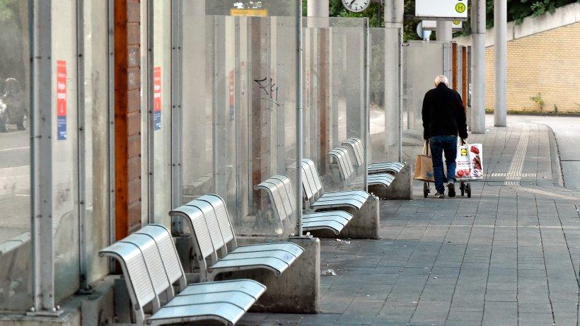 M-lheim-Senior-93-trifft-junge-Frau-an-Bushaltestelle-das-Zusammentreffen-sollte-er-bitter-bereuen