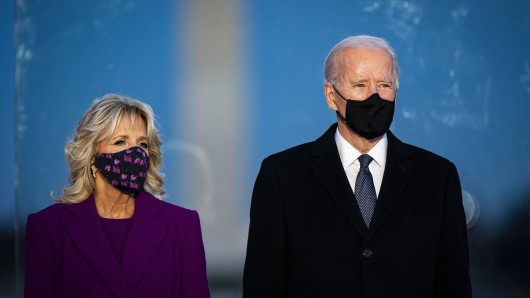 Die neue First Lady Jill Biden ist in Washington angekommen. Und unterscheidet sich deutlich von Melania Trump.