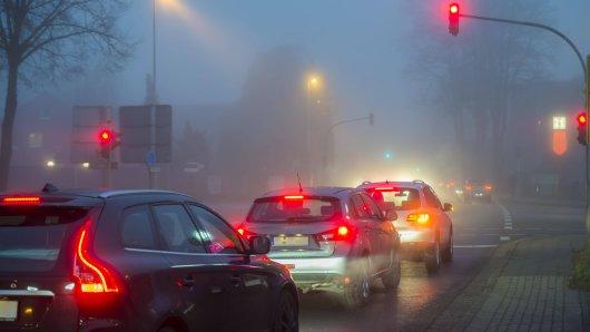 Eine Autofahrerin in NRW bekam an einer roten Ampel einen gewaltigen Schreck. (Symbolbild)