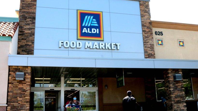 Aldi-Mitarbeiter räumt um – er findet lange verlorenen Schatz - Der Westen