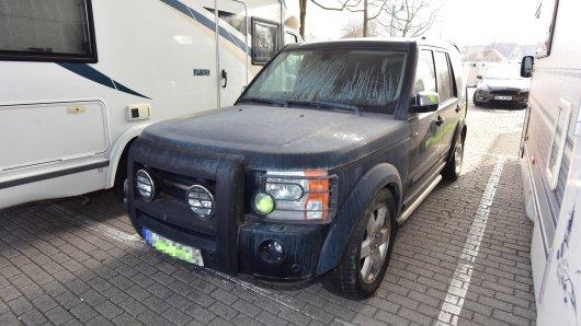 Duisburg: Der SUV gammelt seit 2019 auf einem Parkplatz vor sich hin.