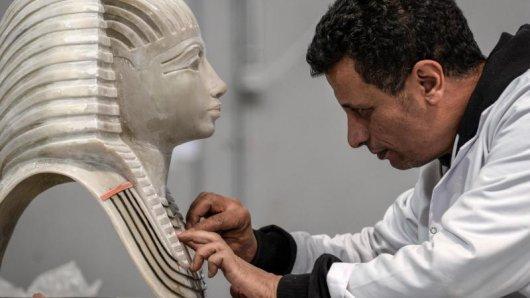 Ein Handwerker arbeitet in der Konouz-Fabrik an der Herstellung einer Modellreplik der altägyptischen Maske des Tutanchamun. Die Fabrik ist die Erste für archäologische Reproduktionen in der Region.