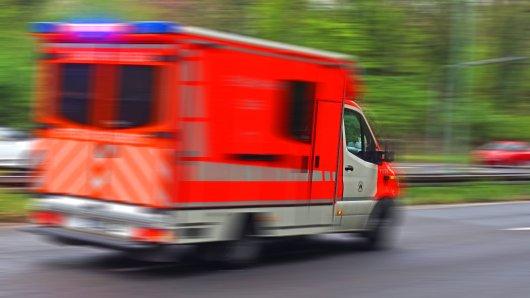 Der Fahrer musste mit schweren Verletzungen in ein Krankenhaus gebracht werden. (Symbolbild)