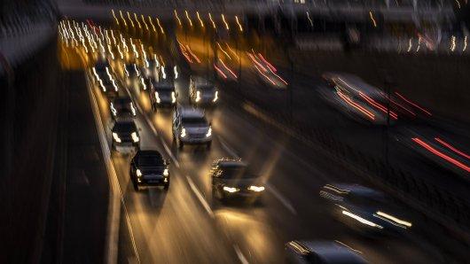 Wer nachts auf der A1 in NRW unterwegs ist, sollte sich in den kommenden Wochen auf Stau einstellen. (Symbolbild)