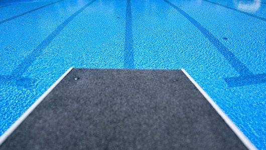 So blau sieht das Wasser aus einem Schwimmbad in Gelsenkirchen nun leider nicht mehr aus. (Symbolbild)
