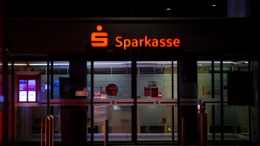Sparkasse: In Leipzig randalierten unbekannte Täter vor einer Sparkassen-Filiale.