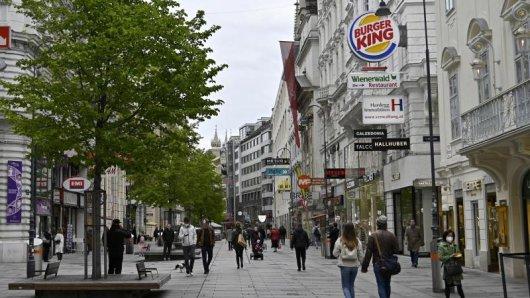Österreich verzichtet auf eine FFP2-Masken-Pflicht im Handel, in Bussen und Bahnen sowie in den Museen. Künftig soll hier das Tragen eines Mund-Nasen-Schutzes ausreichen.