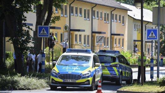 Polizisten stehen vor einem Haus. In Espelkamp sind nach Angaben der Bielefelder Polizei zwei Menschen erschossen worden.