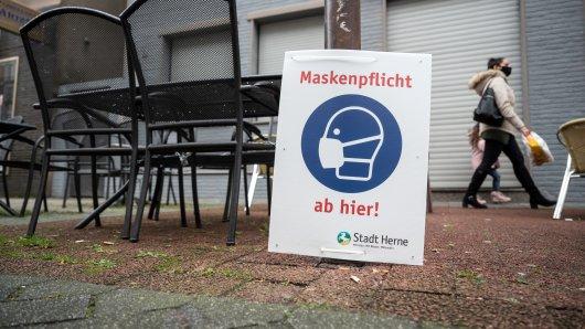Das Land NRW möchte zum 21. Juni Lockerungen durchsetzen: Dazu gehört das Abnehmen der Maske in bestimmten Bereichen. (Symbolbild)