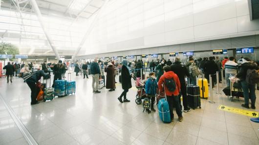 Flughafen Düsseldorf: Der Airport hat ein chaotisches Wochenende hinter sich. (Symbolbild)