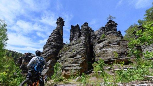 Die Sächsische Schweiz ist berühmt für ihre faszinierenden Felsformationen. Zu ihnen gehören nicht nur die Herkulessäulen (im Bild), sondern auch der Zirkelstein.