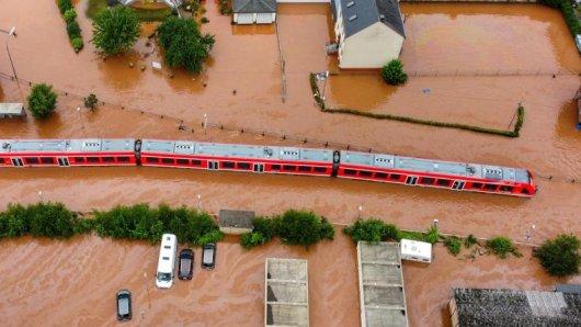 Das Hochwasser hat den Bahnverkehr massiv gestört.