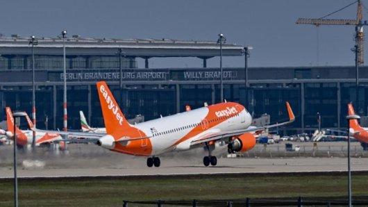 Die britische Billigfluggesellschaft Easyjet will im Sommer mehr Flüge anbieten.