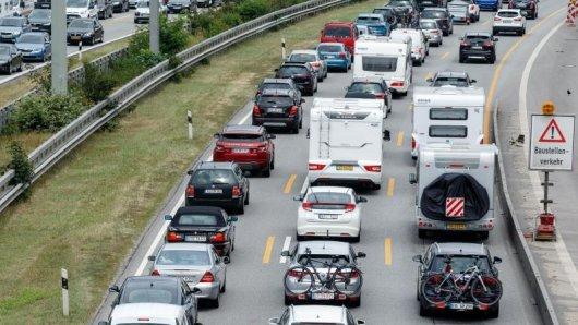 Die Sommerferien bringen quer durchs Land eine Menge Fahrzeuge auf die Fernstraßen. Der ADAC rechnet in den nächsten Tagen mit zahlreichen Staus.