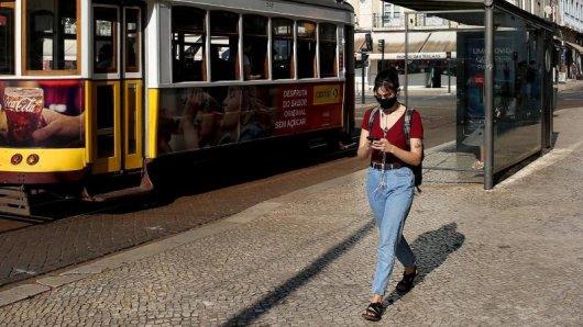 Portugal hebt die Maskenpflicht im Freien auf. Auf den Straßen der Hauptstadt Lissabon und anderer Städte tragen viele Menschen aber weiterhin Schutzmaske.