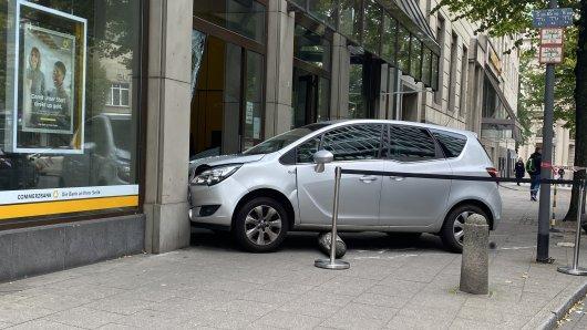Essen: Am Montag raste ein Auto in die Commerzbank in der Lindenallee.