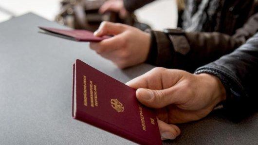 Wer einen neuen Reisepass braucht, sollte ihn frühzeitig vor dem Urlaub beantragen.