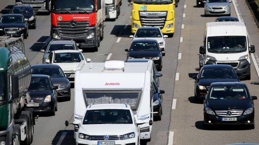 Mit wie viel Stau müssen Autofahrer auch in der zweiten Woche der Herbstferien in NRW rechnen? (Symbolbild)