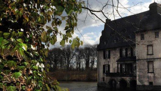 Auf einer Wanderung im Raum Dortmund gibt es viele Wasserschlösser zu entdecken.
