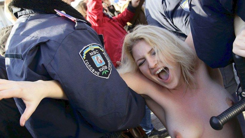 Nackt-Demo gegen Prostitution - derwesten.de
