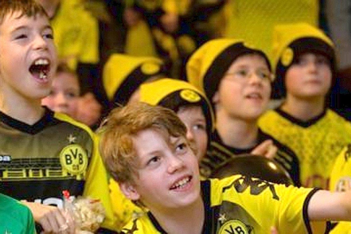 Weihnachtsfeier Bvb.Bvb Fans Toben Im Block 72 Dortmund Derwesten De