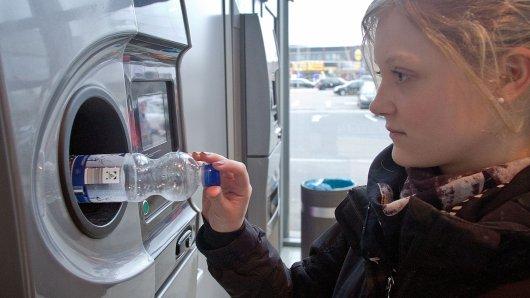 Pfandflaschen darf man so lange behalten, wie man will. Pfandbons hingegen verfallen nach einer gewissen Zeit.