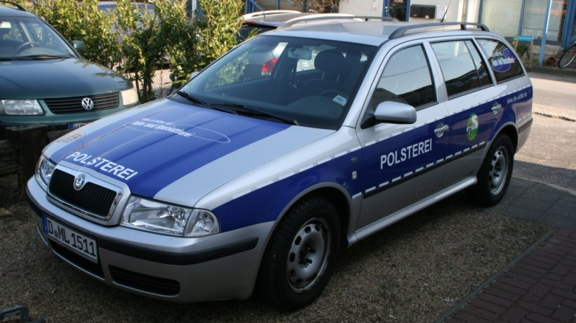 d sseldorfer polsterer nutzt auto in polizei look ist. Black Bedroom Furniture Sets. Home Design Ideas