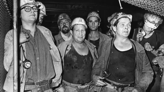 1982: Bergleute fahren zur Mittagsschicht ein