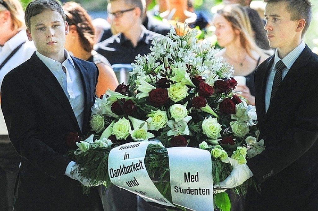 Medizinstudenten beerdigen die Leichname, an denen sie übten ...