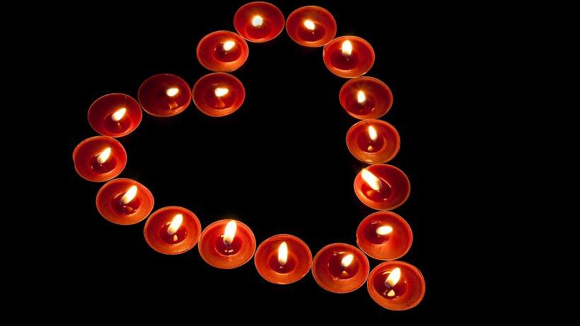 Missgeschick  Jugendlicher stellt Herz aus Kerzen für