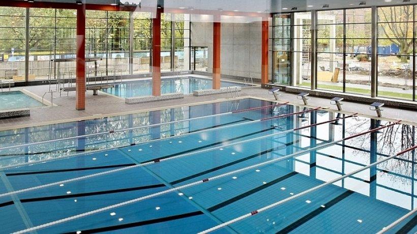 schwimmbad ziehen die fenster am oberhausener hallenbad spanner an oberhausen. Black Bedroom Furniture Sets. Home Design Ideas