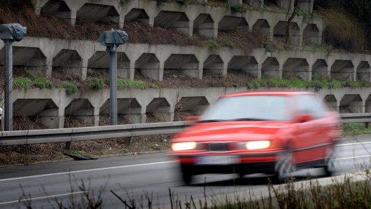 Starenkästen an der A40 ( vor der Ausfahrt Gelsenkirchen wenn man aus Essen kommt und direkt nach der Auffahrt auf die A40 wenn man aus Gelsenkirchen kommt ) werden abmontiert. Heute wurden die Kästen von der Fahrbahnmitte entfernt