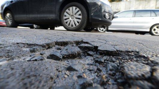 Ein Schlagloch in der Stadt ist ärgerlich. Ein Schlagloch auf der Autobahn - lebensgefährlich. In NRW gab es schon Unfälle mit Verletzten und einem Toten.