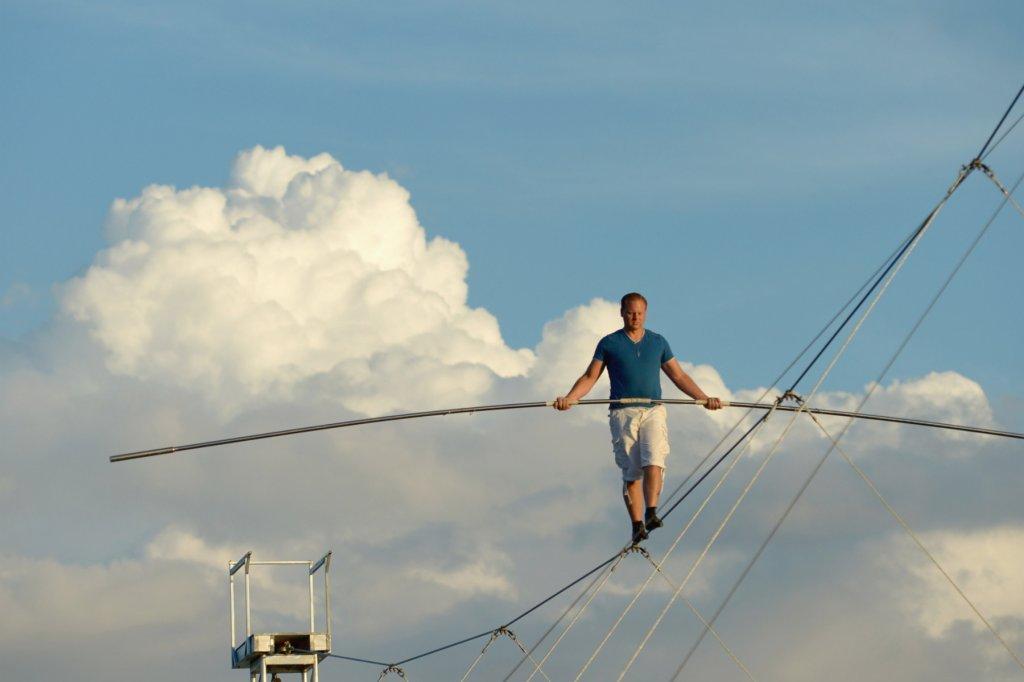 Hochseil-Artist Nik Wallenda spaziert über die Dächer Chicagos ...