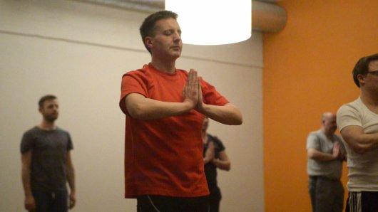Redakteur Stefan Reinke beim Yoga.