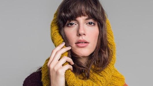 Lässig und gemütlich sind die Snoods - sie kombinieren Schal und Kapuze.