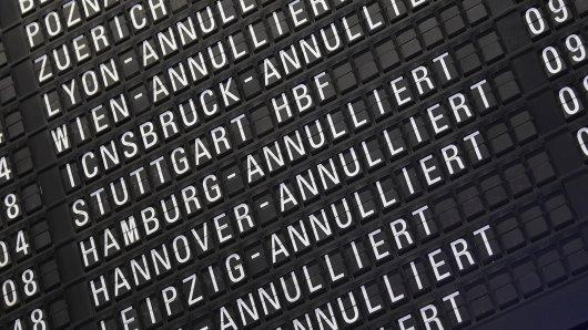 ARCHIV - 10.04.2018, Hessen, Frankfurt am Main: Annullierte Flüge werden im Terminal 1 des Frankfurter Flughafens auf einer Anzeigetafel angezeigt. (Zu dpa Ärger mit dem Flug, Geld von der Airline? - BGH klärt Passagierrechte) Foto: Arne Dedert/dpa +++ dpa-Bildfunk +++