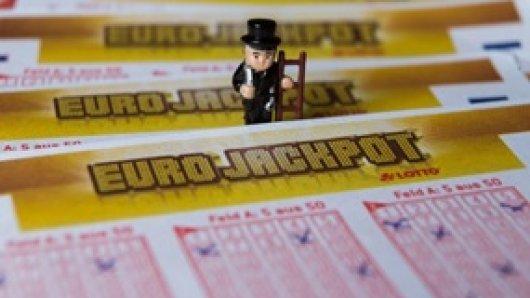 Schornsteinfeger gelten als Glücksboten. Ob Sie zum Jahresende auch den Eurojackpot-Tippern Glück bringen? Fotohinweis: WestLotto