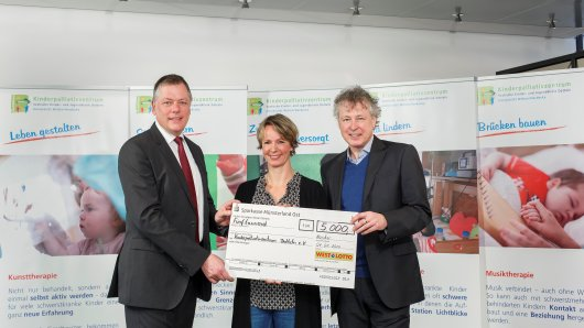 WestLotto-Geschäftsführer Andreas Kötter (l.) überreichte Sigrid Thiemann und Prof. Dr. med. Boris Zernikow vom Freundeskreis Kinderpalliativzentrum Datteln e.V. einen Spendenscheck über 5.000 Euro.