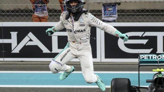 Nico Rosberg sprang nach dem Titelgewinn aus seinem Wagen.