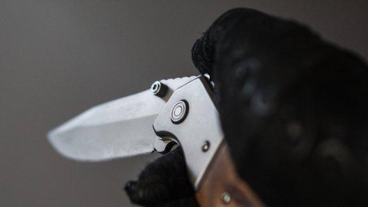 Der Täter bedrohte den Kioskmitarbeiter in Mülheim mit einem Messer.