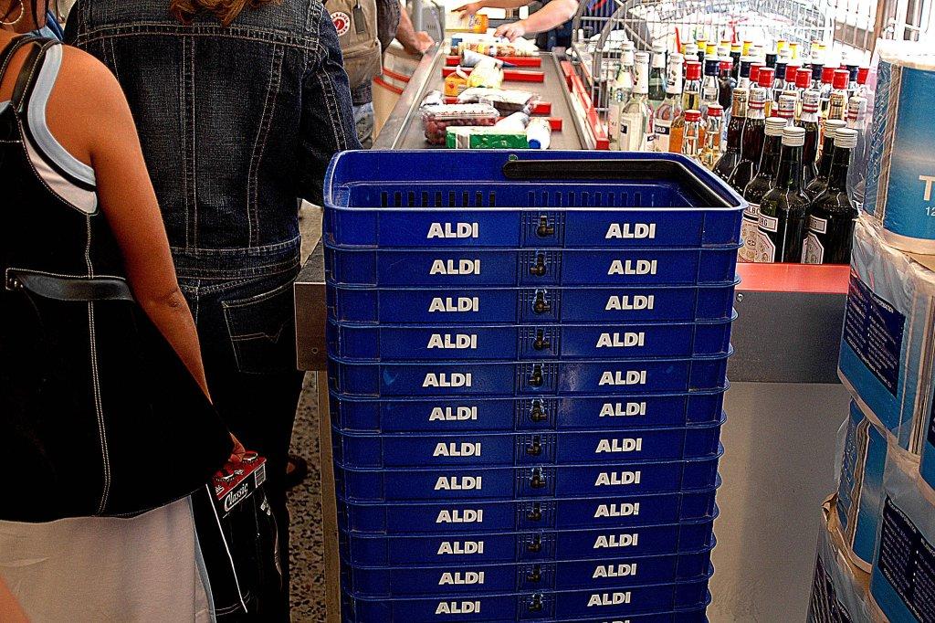 Aldi Kühlschrank Hersteller : Aldi kundin hört lauten knall u das ist mit ihrem tisch passiert