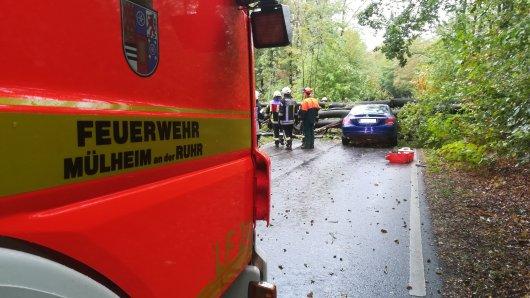 In Mülheim an der Ruhr ist beim Sturm am Freitag ein Baum auf ein Fahrschulauto gestürzt.