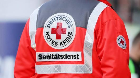 Einem Rettungssanitäter wurden beim Rettungsversuch in Mülheim die Schneidezähne ausgetreten. (Symbolfoto)